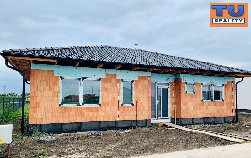0dc2786d57d3d REZERVOVANÉ! EXKLUZÍVNE! Novostavba priestranného 4 izbového bungalovu s  terasou, zastavaná plocha 134,4 m2, pozemky od 481 m2 do 605 m2, ...